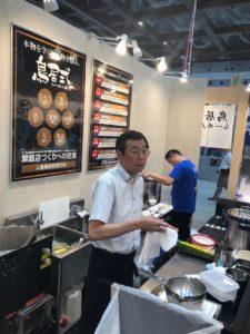 鳥居式らーめん塾福井則雄講師@大成食品ブース厨房