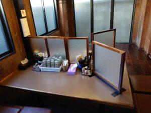 麺彩房中野本店 客席 感染防止対策の仕切り板設置
